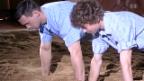 Video «Kilian Wenger bringt Teenager das Schwingen bei» abspielen