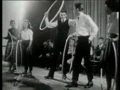 Video «Hula-Hoop-Fieber («Wochenschau» vom 30.11.1958)» abspielen