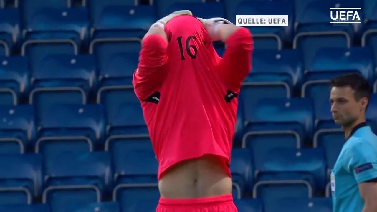 Jimmy Corcoran sieht im Penaltyschiessen Rot