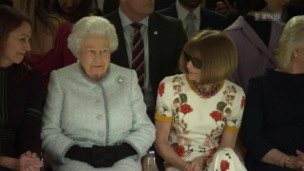 Video «Die Queen an der Londoner Fashion Week» abspielen