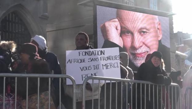 Video «Fans des verstorbenen René Angélil versammeln sich vor der Kirche» abspielen