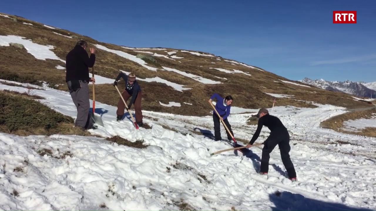 Voluntaris preparan la pista a Savognin