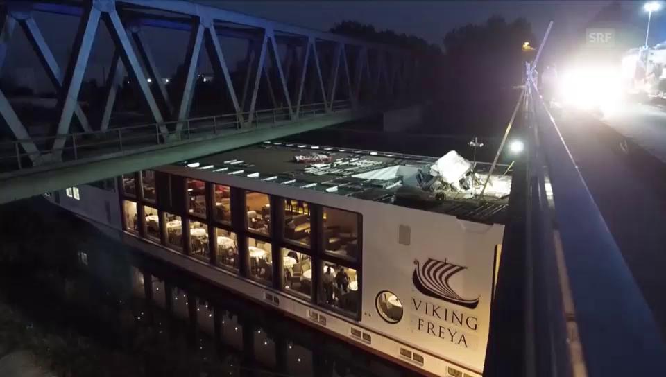 Flusskreuzfahrtschiff bleibt an Brücke hängen