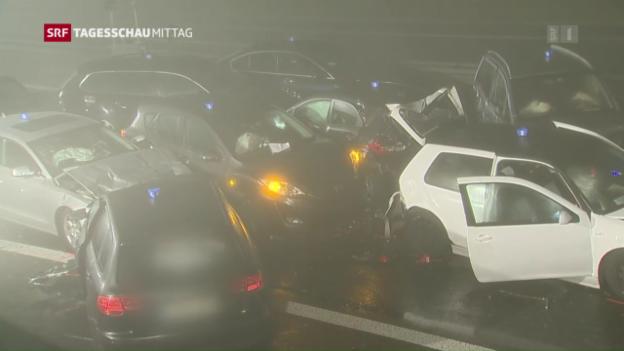 Video «Nebel führt zu Massenkarambolage» abspielen