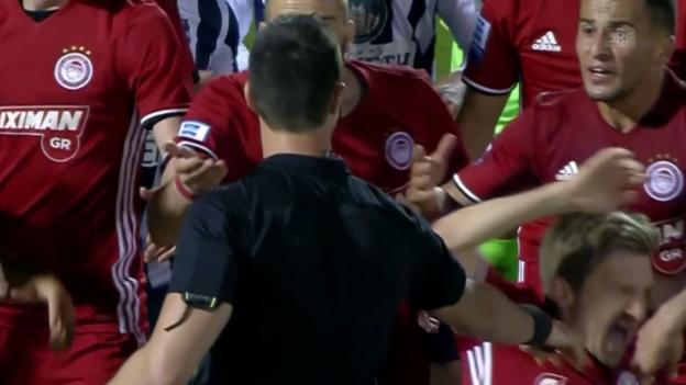 Video Marins Schiedsrichter-Schwalbe abspielen.