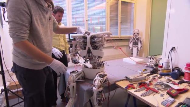 Video «Roboy-Montage im Labor (SRF, «Einstein»)» abspielen