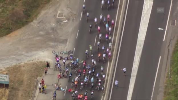 Video «Rad: Massensturz Tour de France» abspielen
