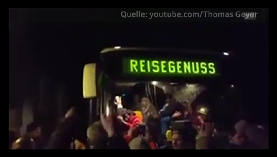 Mit «Wir sind das Volk!» schreien Bürger Asylanten an