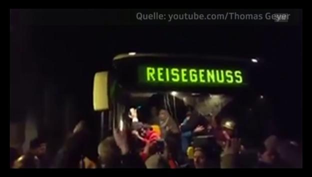 Video «Mit «Wir sind das Volk!» schreien Bürger Asylanten an» abspielen
