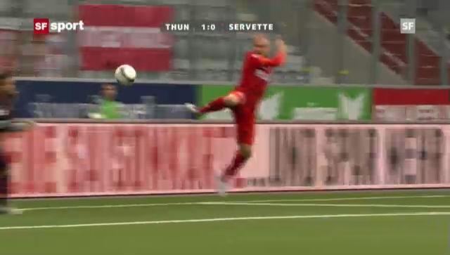 Marco Schneuwly (Thun) trifft im Spiel gegen Servette.