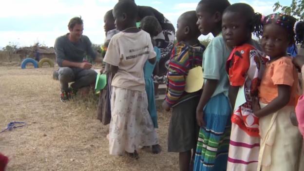 Video «Tennis: Roger Federer zu Besuch in seiner Foundation in Malawi» abspielen