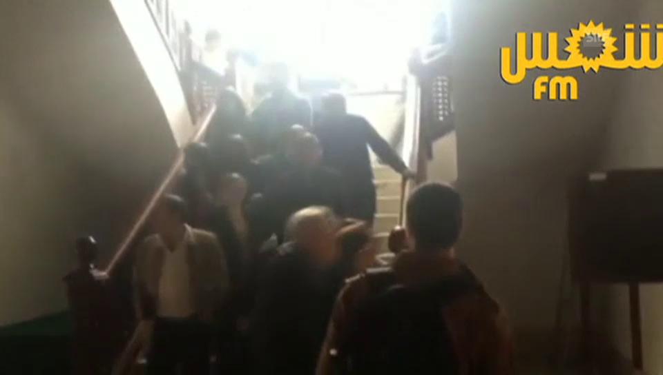 Die Besucher verlassen das Museum (unkom.)