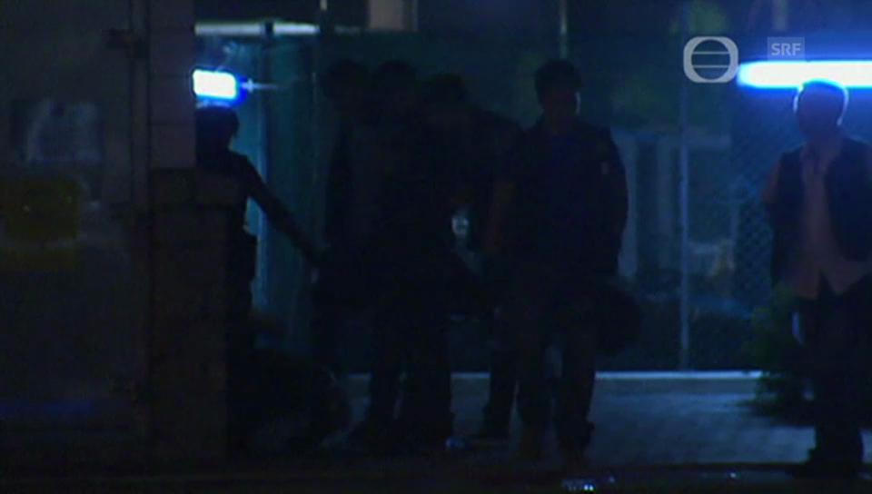 Polizisten schlagen auf einen Demonstranten ein (unkommentiert)