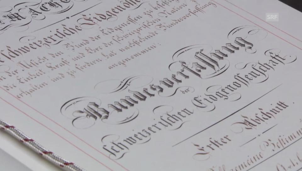 Eine Kopie der Verfassung im Nationalrat