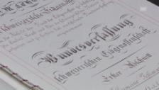 Video «Eine Kopie der Verfassung im Nationalrat» abspielen