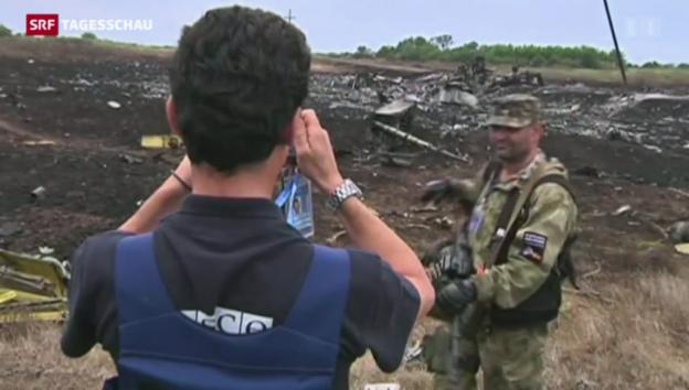 Video «OSZE-Beobachter inspizieren Absturzstelle» abspielen