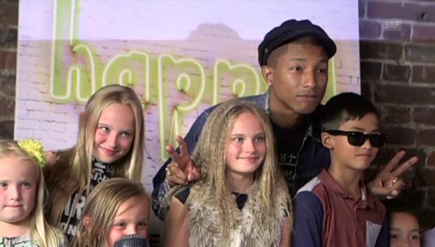 Video «Pharrell Williams lässt sich von Kindern interviewen» abspielen