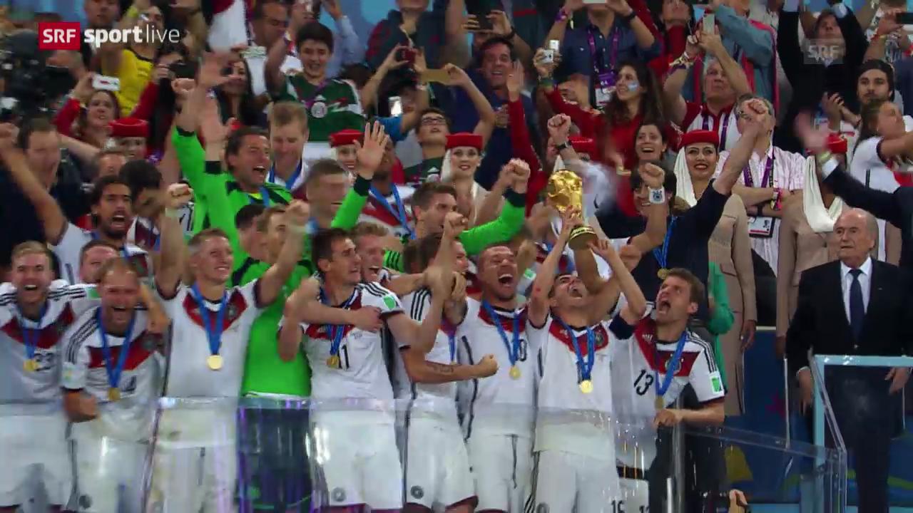 Die Pokalübergabe an Deutschland