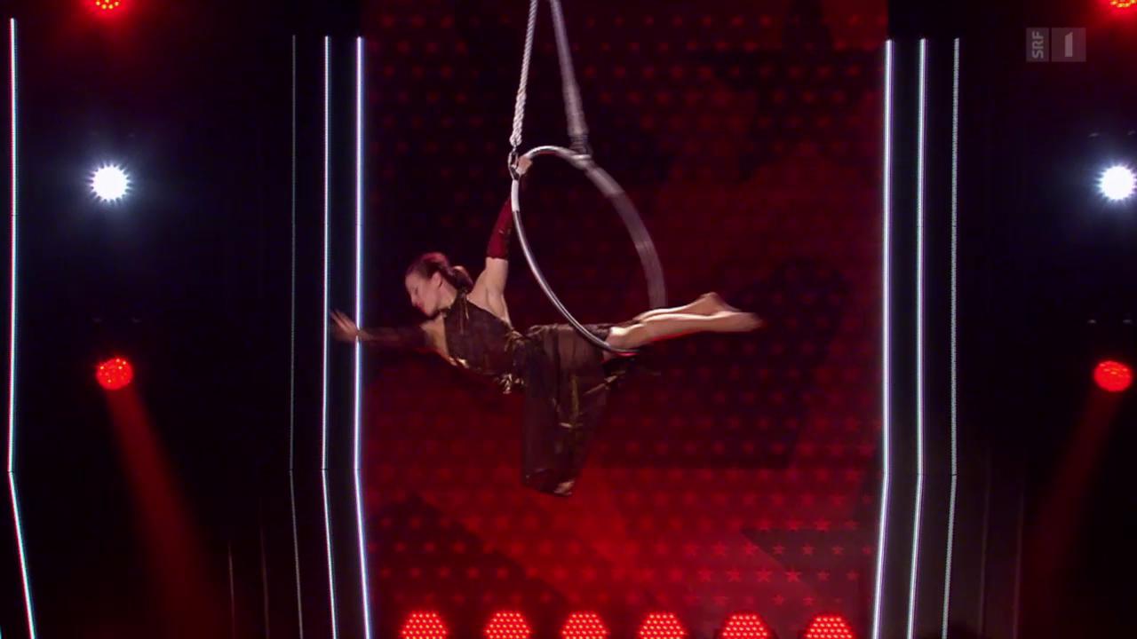 Beatrice Kessi macht Akrobatik am Luftring