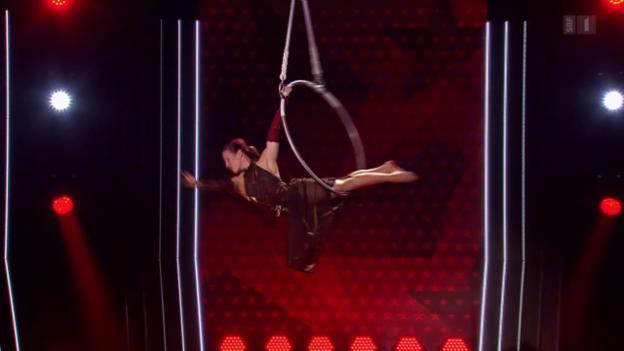 Video «Beatrice Kessi macht Akrobatik am Luftring» abspielen