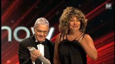Tina Turner nimmt den SwissAward aus den Händen von Claude Nobs, dem langjährigen Leiter des Montreux Jazz Festivals, entgegen.