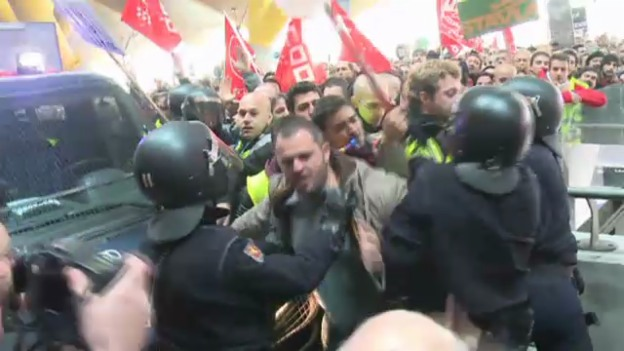 Video «Streikende drängen in den Madrider Flughafen (unkommentiert).» abspielen
