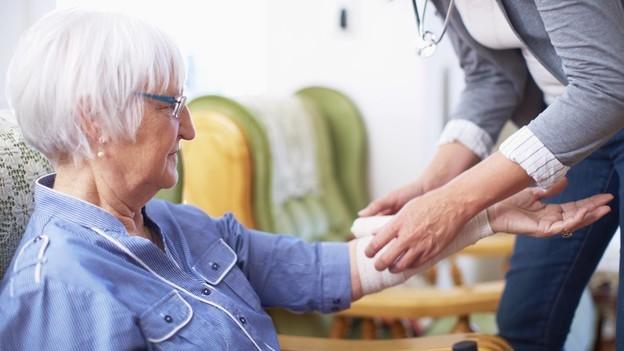 Arzt-Ersatz – Pflegeexpertin untersucht Patienten