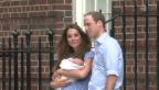 Video «Kate und William zeigen George wenige Tage nach der Geburt zum ersten Mal» abspielen