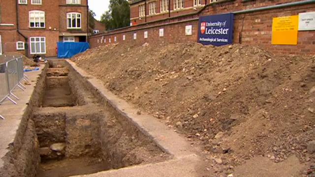 Das Grab wurde auf einem Parkplatz entdeckt (unkommentiert)