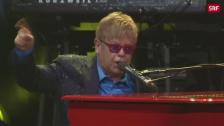 Link öffnet eine Lightbox. Video Happy Birthday, Elton John! abspielen