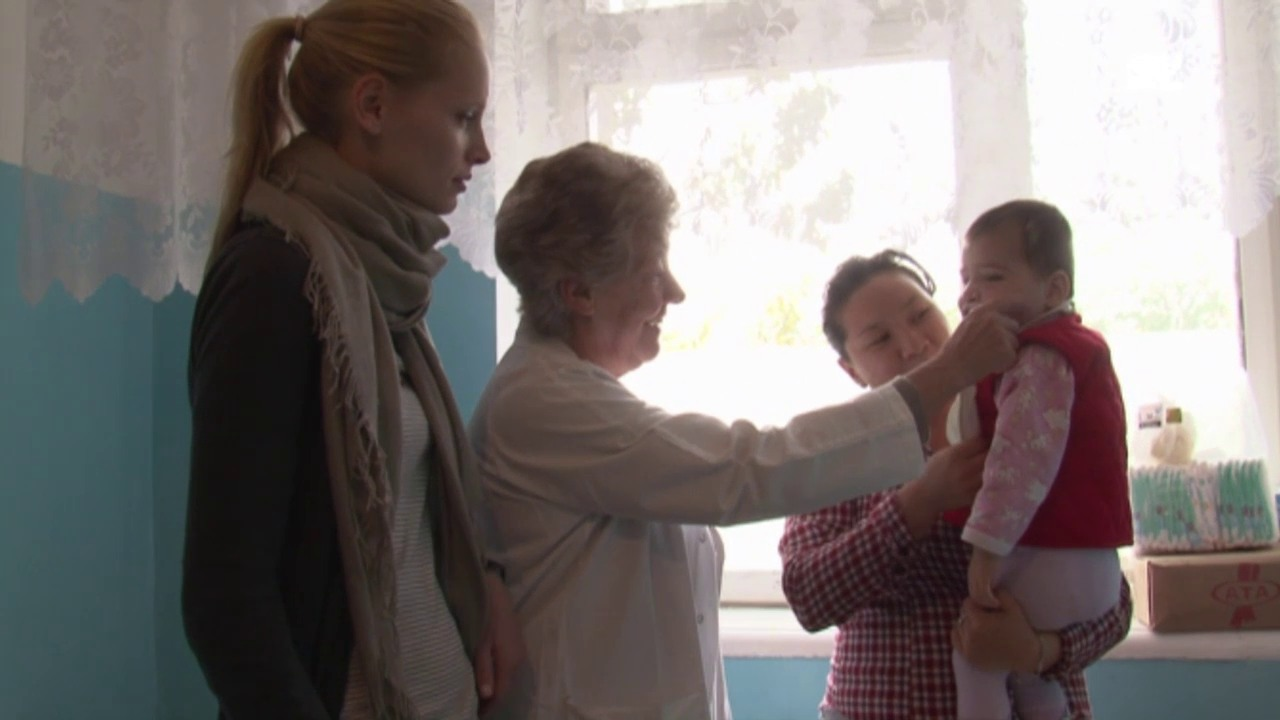 Sarina bei ihrem ersten Besuch bei Camilla in Bischkek