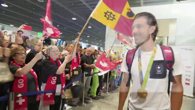 Video «Cancellara als gefeierter Held bei seiner Rückkehr» abspielen