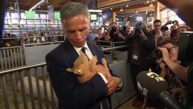 Video «Olma-Besuch von Didier Burkhalter (9.10.2014)» abspielen