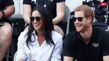 Link öffnet eine Lightbox. Video Prinz Harry und Meghan Markle zeigen sich erstmals öffentlich zusammen abspielen