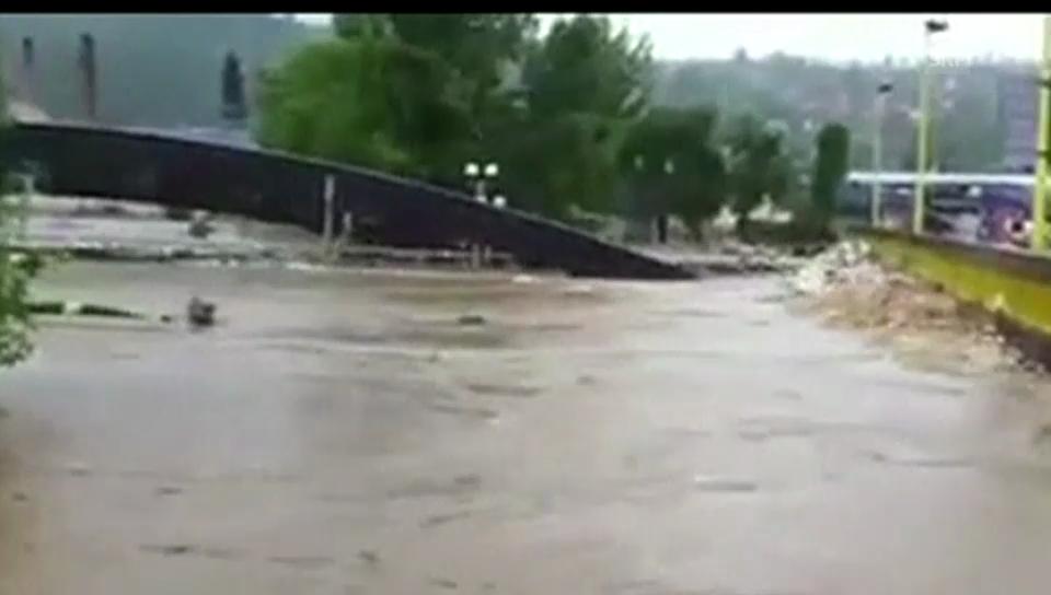 Brücke unterspült andere Brücke (unkomm. Handyvideo)