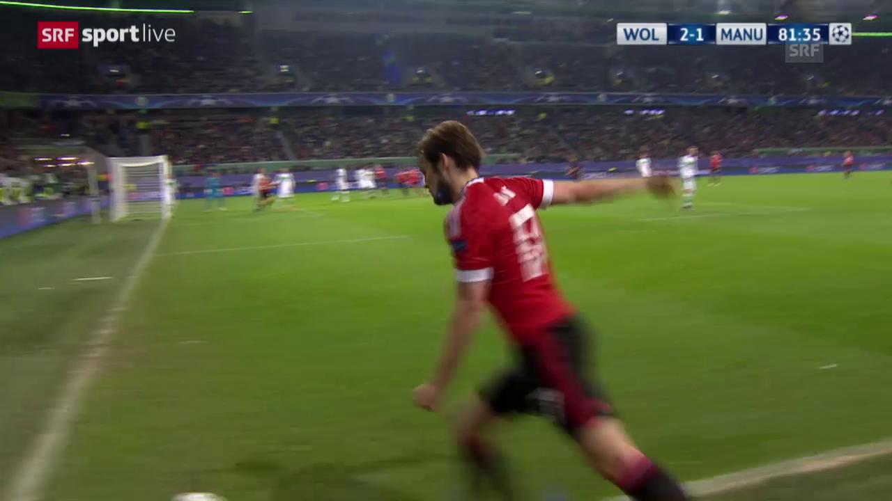 Fussball: Champions League, 6. Spieltag, Gruppe B, Wolfsburg - Manchester United, das Eigentor von Guilavogui zum 2:2
