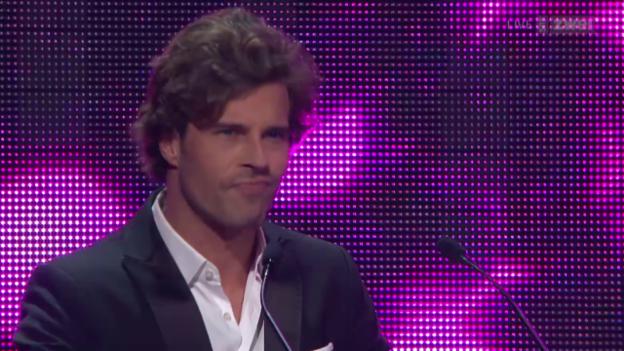 Video ««Swiss Music Awards 2015» – Laudator Vujo macht's poetisch» abspielen