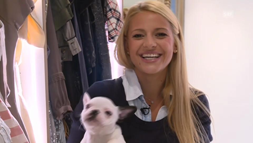 Christa Rigozzi mit Hundebaby im Arm