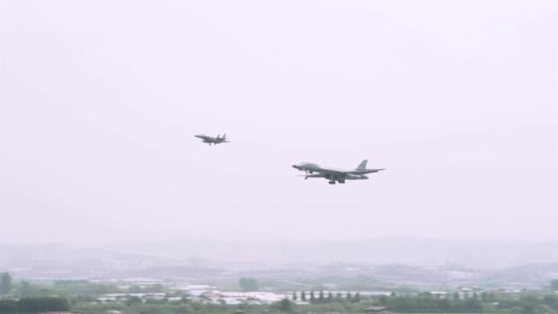 Video «US-Bomber im Tiefflug (unkomm.)» abspielen