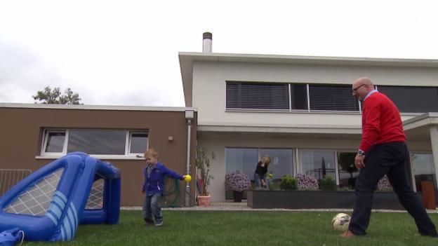 Video «Rasenroboter verletzt Kind: Die unterschätzte Gefahr im Garten» abspielen