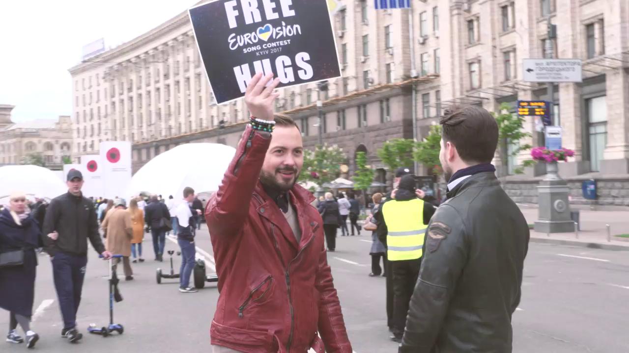 «Free Hugs!» - Timebelle auf Stimmenfang im Eurovision Village