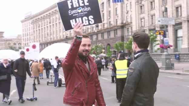 Video ««Free Hugs!» - Timebelle auf Stimmenfang im Eurovision Village» abspielen