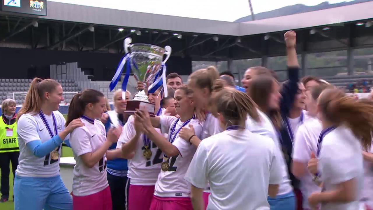 Die Zürcherinnen nehmen den Pokal in Empfang