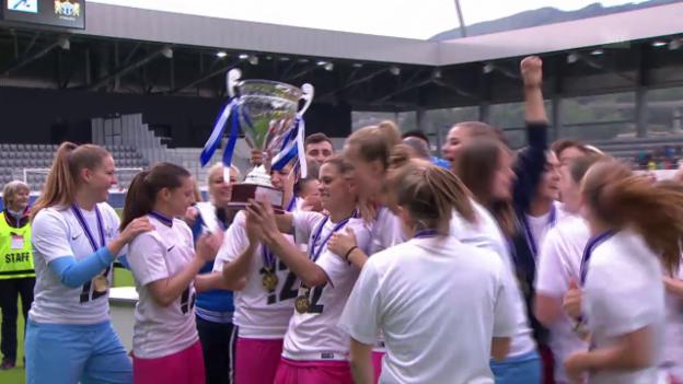 Video «Die Zürcherinnen nehmen den Pokal in Empfang» abspielen