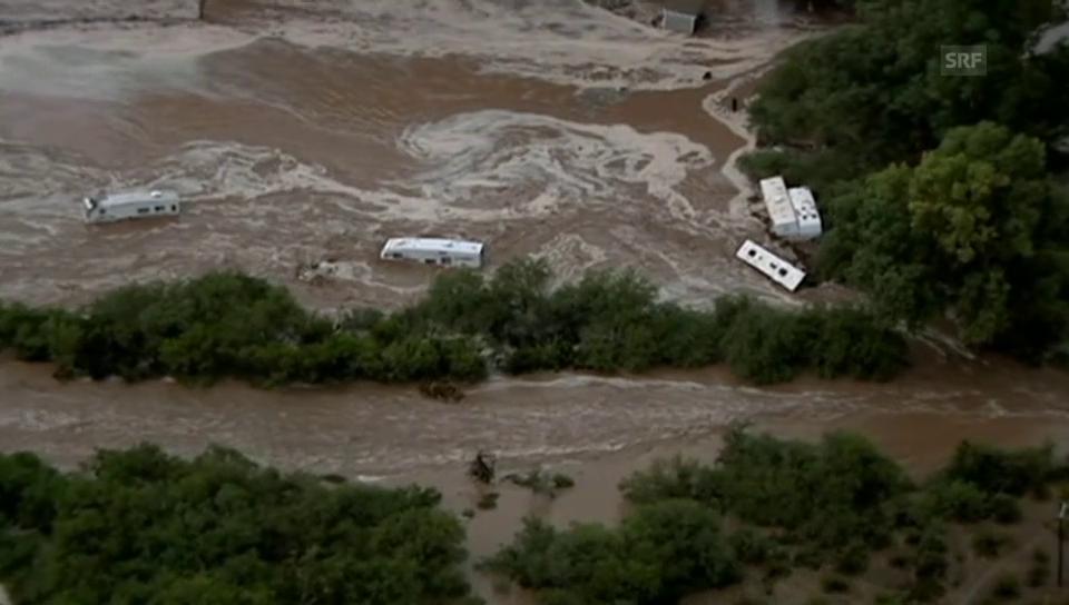 Wassermassen reissen Häuser und Autos weg