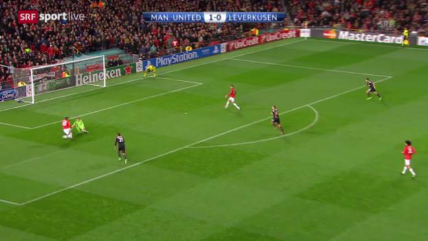 Video «Fussball: Wayne Rooneys Patzer im CL-Spiel gegen Leverkusen» abspielen