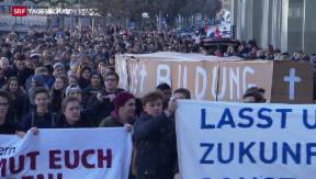 Video «Schüler protestieren gegen Sparpläne» abspielen