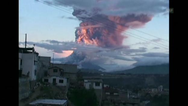Video «Vulkan in Ecuador spuckt Rauch und Asche» abspielen