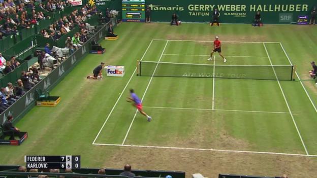 Video «Tennis: ATP 500 Halle, Halbfinal Federer - Karlovic, Federer erläuft sich Punkt» abspielen