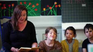 Video «Christina Lang mit «Rössli Hü» auf Schulbesuch» abspielen